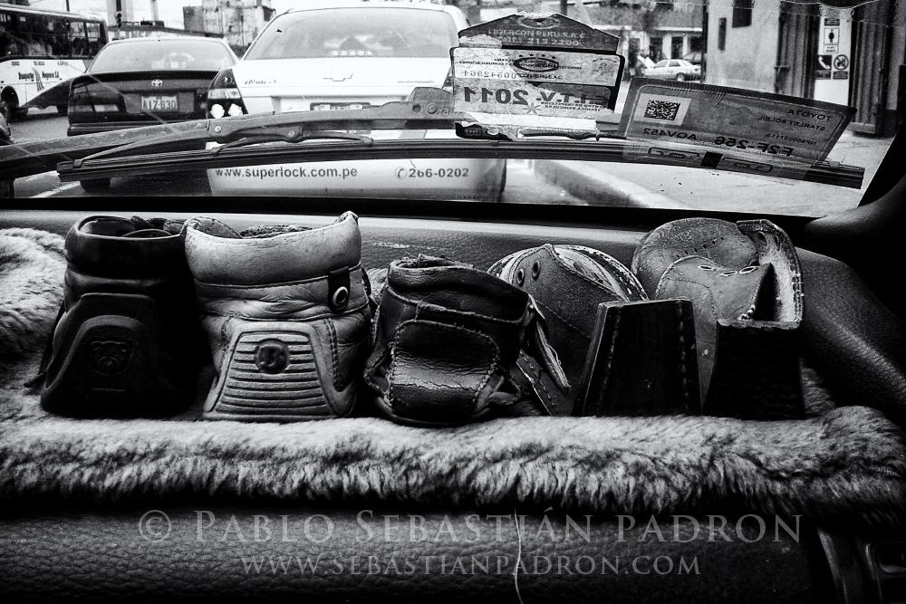 Zapatos olvidados en un taxi - Peru