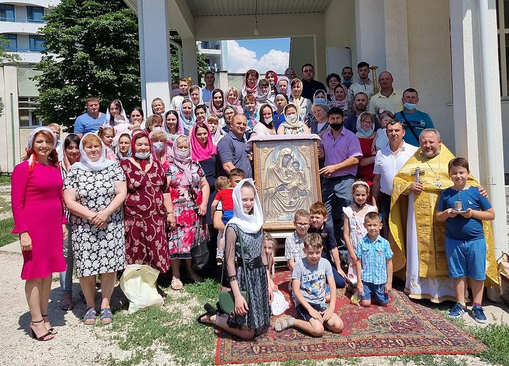 Arina Spataru _ Арина Спэтару și enoriașii bisericii Sf. M. Mc. Pantelimon din Bălți