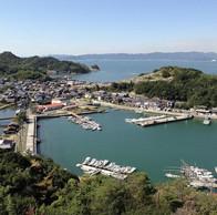 巨石が見守る港