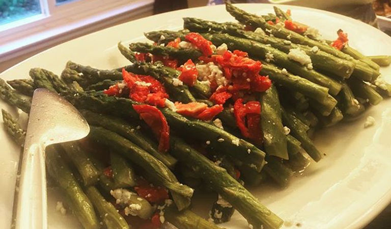 Asparagus with sun dried tomatoes and goat cheese 🍅🧀#party #food #asparagus #vegetarian #food #cat