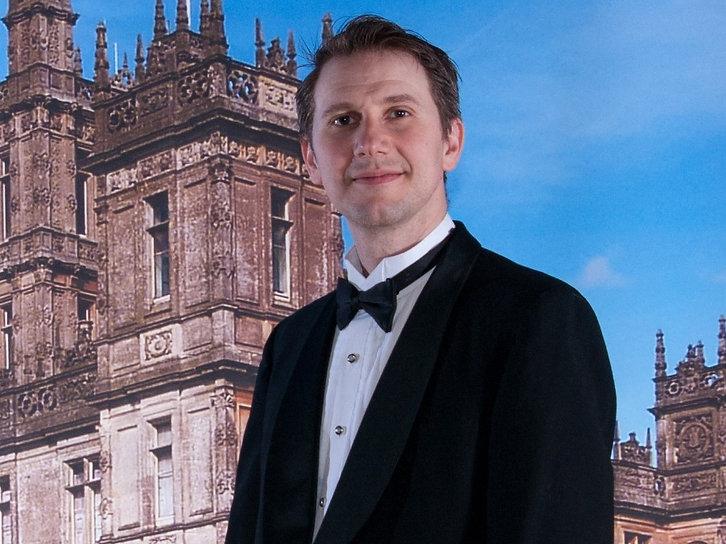 Peter Duggan in front of Downton (2) (00