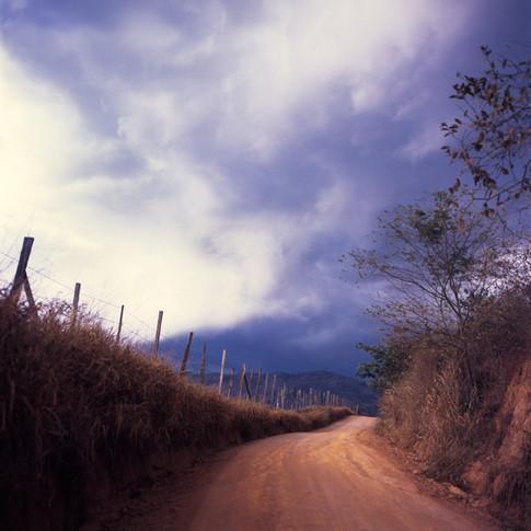 Cena de uma estrada ideal para caminhante contemplativo 2012