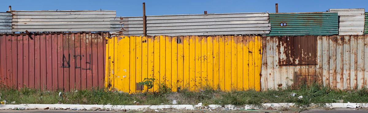 Muro de chapas e container, 2007