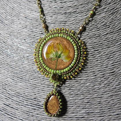 Collier avec fleur sechée en resine, laiton, vert