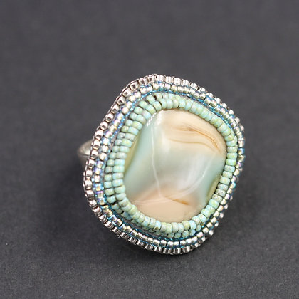 Bague brodée avec jaspe imperial / Embroidered ring with imperial jasper