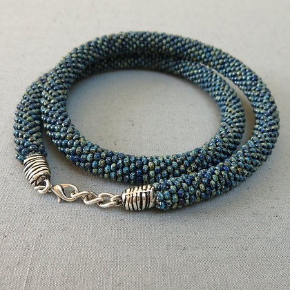 """Collier tubulaire crocheté """"Opaque Cobalt Picasso"""", D1.1cm"""