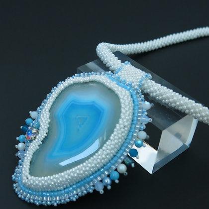 """Collier """"Afrique bleue"""" avec agate teintée, fermoir acier plaqué rhodium"""