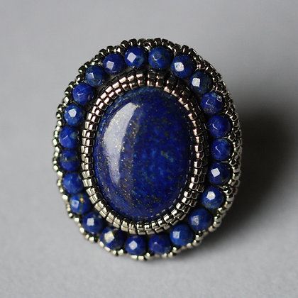 Bague brodée avec lapis lazuli / Embroidered ring with lapis lazuli
