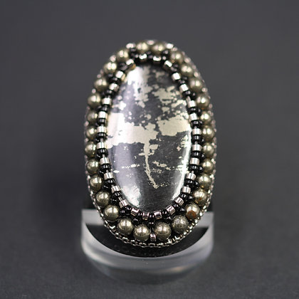 Bague brodée avec pyrite/ Embroidered ring with pyrite