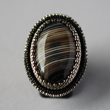 Bague brodée avec agate (onyx) / Embroidered ring with onyx