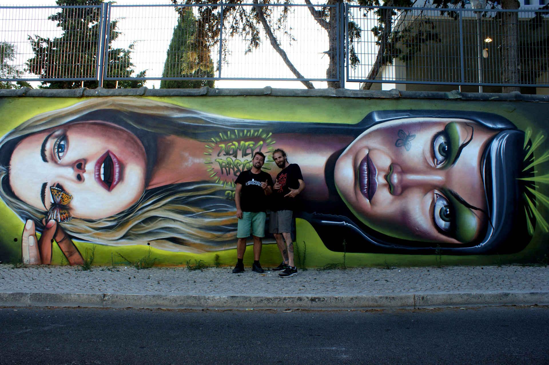 Nomen e Rasty(África do Sul), em frente de sua obra em Carcavelos, 2013