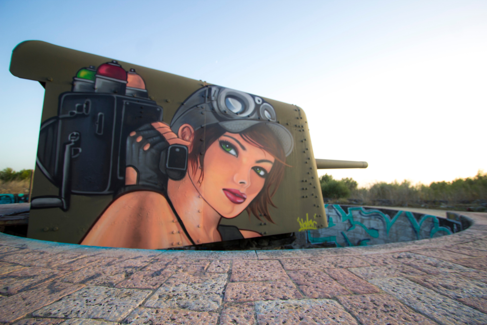 Pintura de Nomen sobre Canhão de Guerra