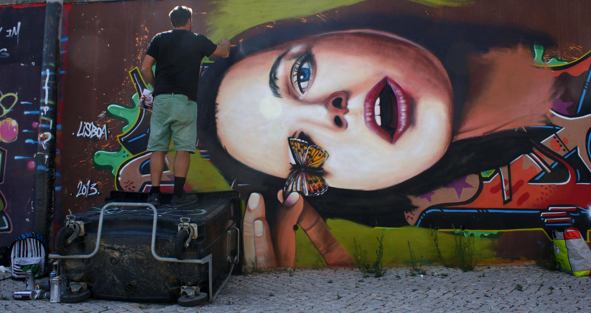 Nomen pintando em Carcavelos, parte do Mural com artista Rasty, (South Africa)