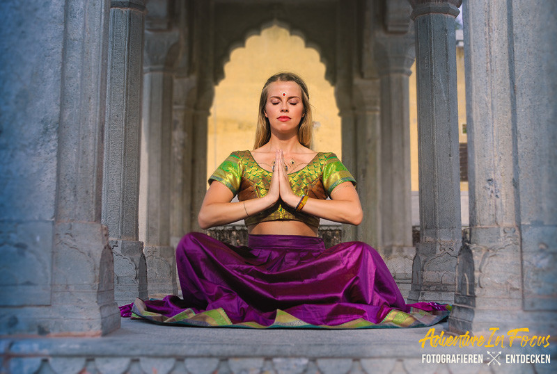 Runa Lindberg in Yoga Pose in Indien
