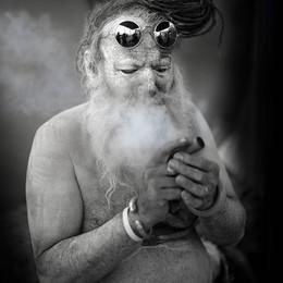 Portrait eines indischen Sadhus der raucht - Fotografin Runa Lindberg