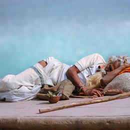 Ein schlafender Pilger in Varanasi - Fotografin Runa Lindberg