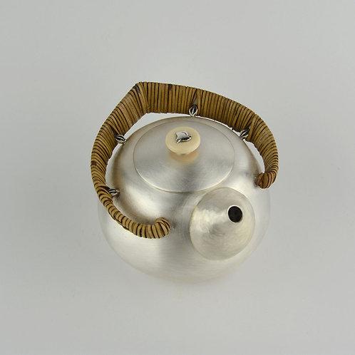(1912) 小圓壺-籐編圈把白色玉石鈕