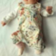 Baby trägt Bio Strampler wild flowers