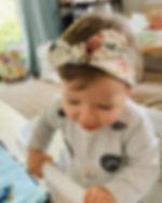 Baby trägt das Bio Haarband wild flowers von luule handmade