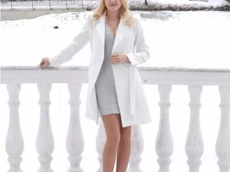 """俄羅斯主婦""""意外""""成速賣通網紅:在愛淘展示自己淘來的衣服、首飾,個人主頁粉絲迅速超過十萬。"""