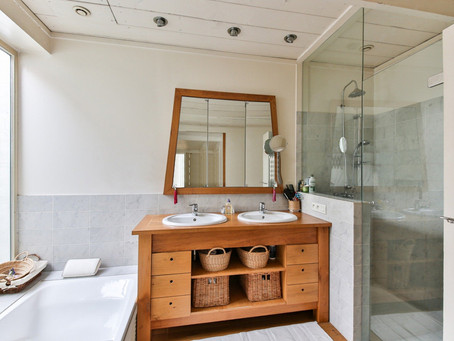 Jak správně umýt dveře od sprchového koutu?