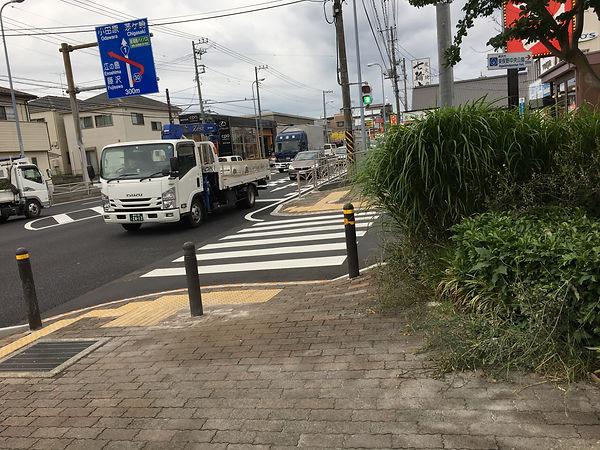 東俣野交差点歩道にポールが設置