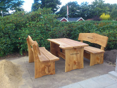 Et bord med to bænke
