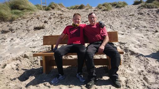 Nye satte bænke på stranden