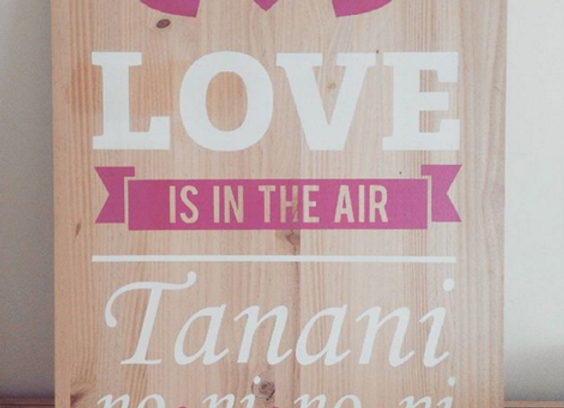 "Cartelen madera ""Love is in the air"""