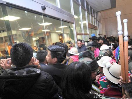 Agreden e impiden acceso a periodistas durante inauguración de edificio presidencial en Bolivia