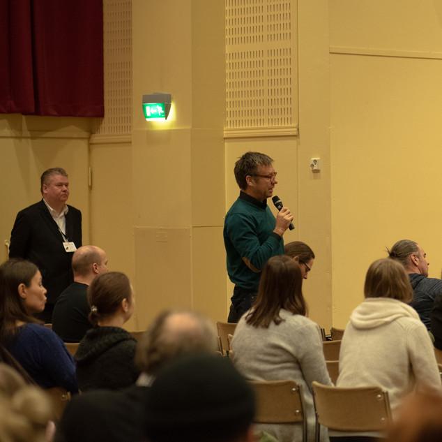 Katsojilla oli myös mahdollisuus osallistua keskusteluun.