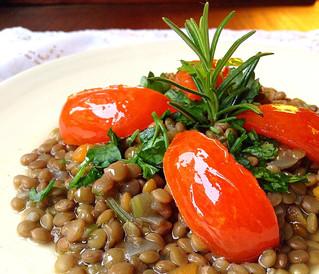 Lenticchie piccanti con pomodorini scottati