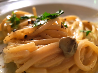 Spaghetti con crema d'uovo, capperi e alici