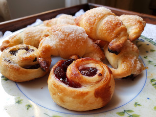 Piccoli croissant per la colazione con confetture speciali
