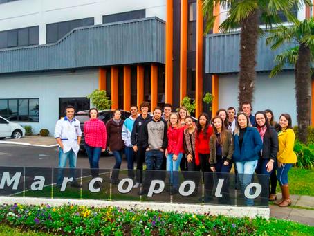 Acadêmicos de Administração e Ciências Contábeis da FVA realizam visita técnica na Agrale Marcopolo