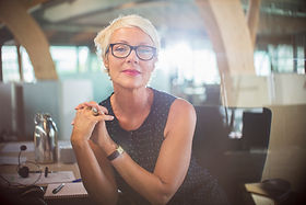 Professionelle Frau in einem Büro