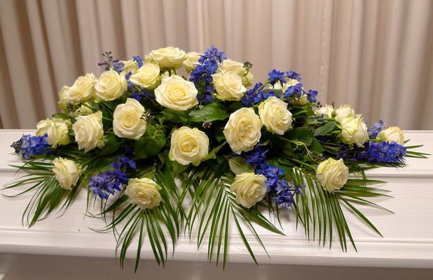 Kvit og blå kistedekorasjon