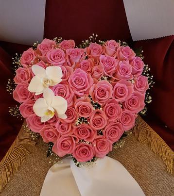 Hjerte med roser og orkideer