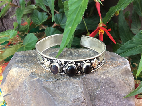 Cuff Bracelet from India in white metal with Onyx and Amethyst