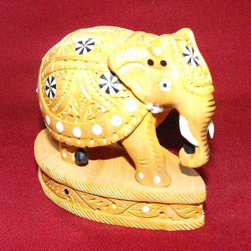 Éléphant de bois sculpté et rosettes incrustées