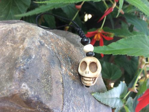 Breloque en os sculpté en crâne 8 cm