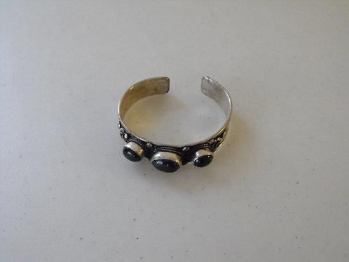 Bracelet en métal avec pierres semi-précieuses
