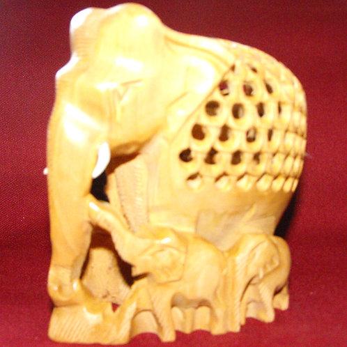 Éléphant de bois scupté avec 5 bébés