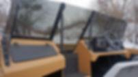 В кокпите на месте пассажира расположен огромный перчаточный ящик, поделенный на два отсека, обитый ковролином и имеющий прикуриватель для зарядки гаджетов.     По бортам лодки внутри кокпита проходят широкие полки, где можно разместить все, что должно быть под рукойв любую секунду