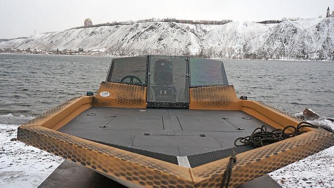 Особая гордость катера Discovery Jet PRO 540 – это нос, а точнее его размер. Ширина 2100, длина 2200. Абсолютно ровная площадка позволяет без проблем рыбачить спиннингом, нахлестом, поставить столик и перекусить, или закатить квадрик и доставить до места покатушек, для крепления которого предусмотрены петли по борту. К ним также можно закрепить любой груз на носу катера.
