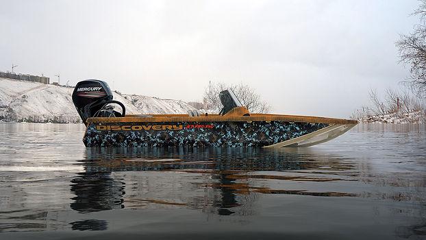 Корпус лодки и силовой набор выполнены полностью из различных полиэтиленов, днище лодки Discovery Jet PRO 540 выполнено из литого полипропилена толщиной 10 мм, борта консоли и банки выполнены из вспененного полипропилена толщиной 8 мм, что позволило снизить общий вес лодки на 25-30 процентов, не потеряв при этом в жесткости конструкции в целом. В стрингерах силового набора используется PЕ-1000 толщиной 15 мм.