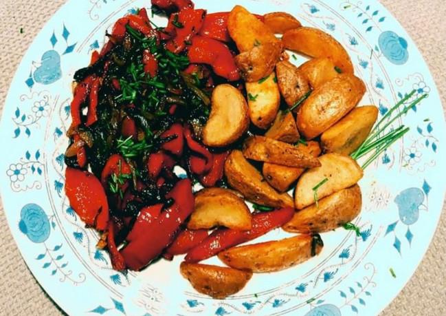 Grilovaná paprika na cibulce s americkými bramborami.