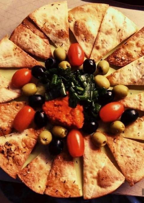 Nachos s rajčatovou omáčkou a olivami.