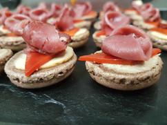 Macaron mousse de foie gras et magret de canard