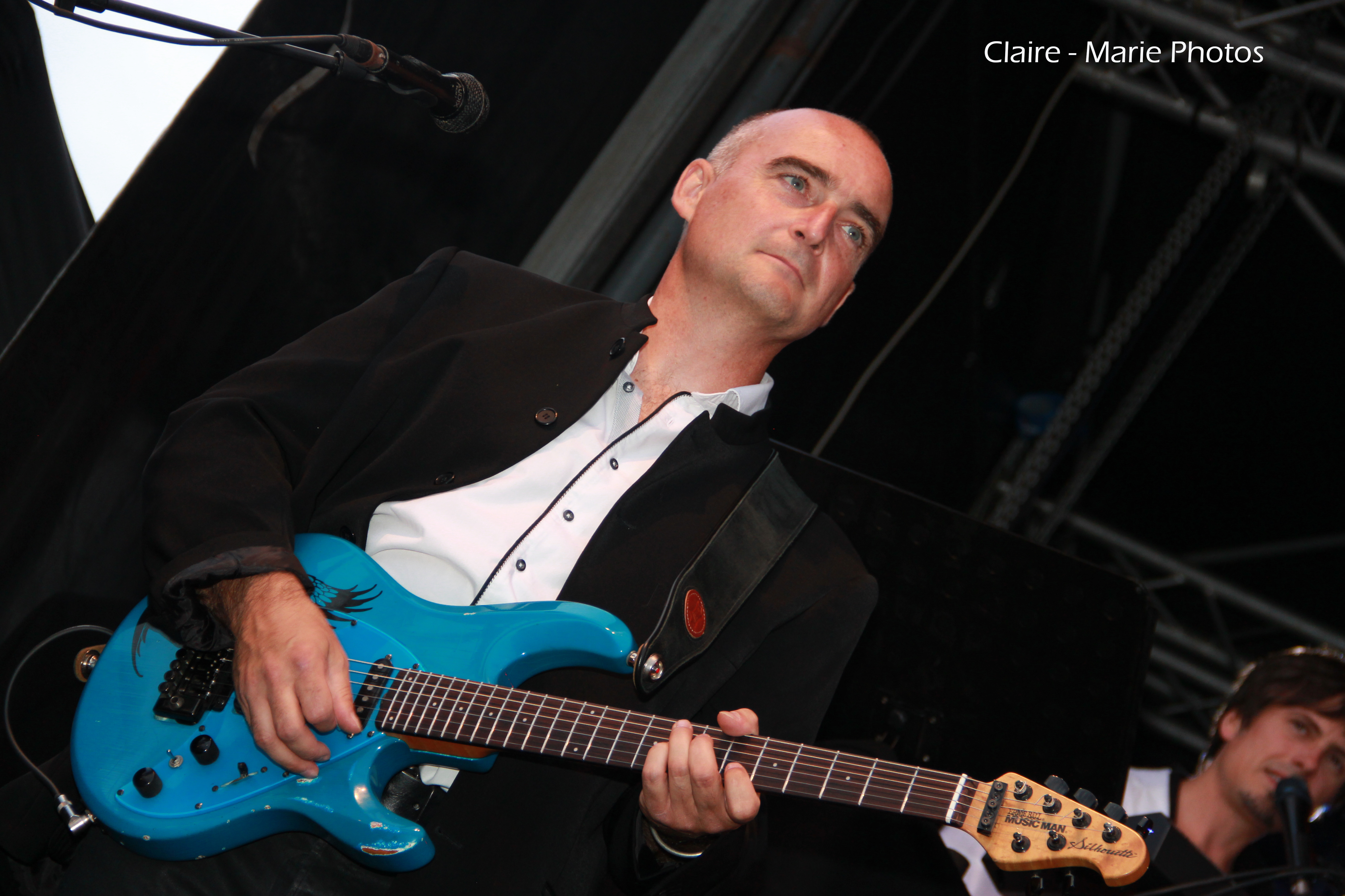 Gwénaël DOLAS guitariste de l'orchestre de variété suspens orchestra